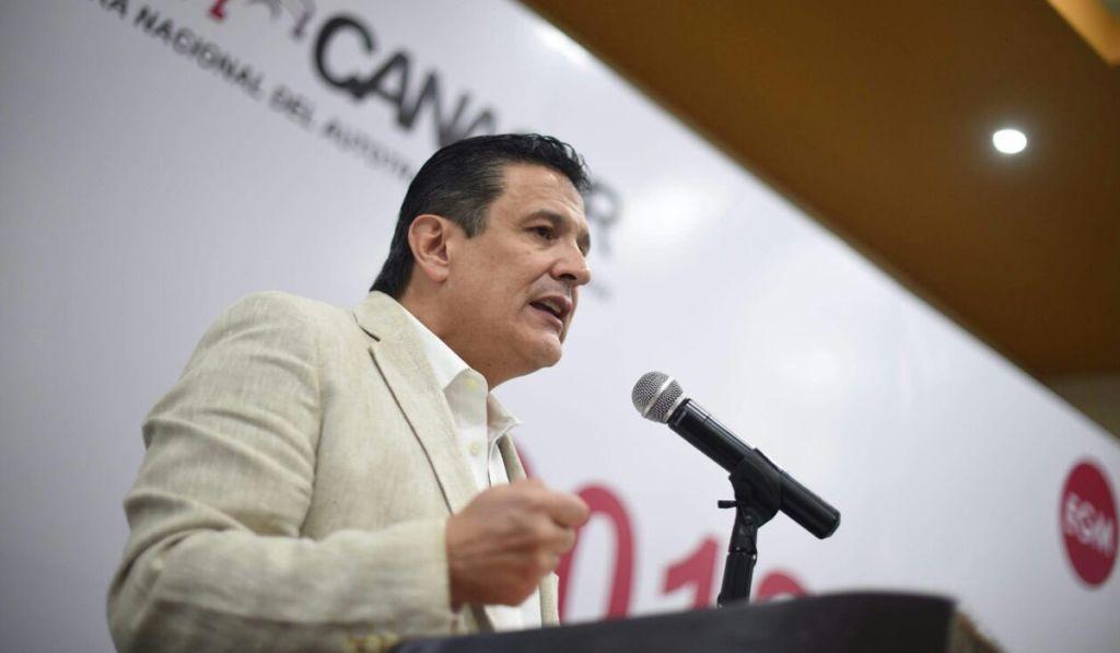 Enrique Gonzalez ante transportistas en Manzanillo.