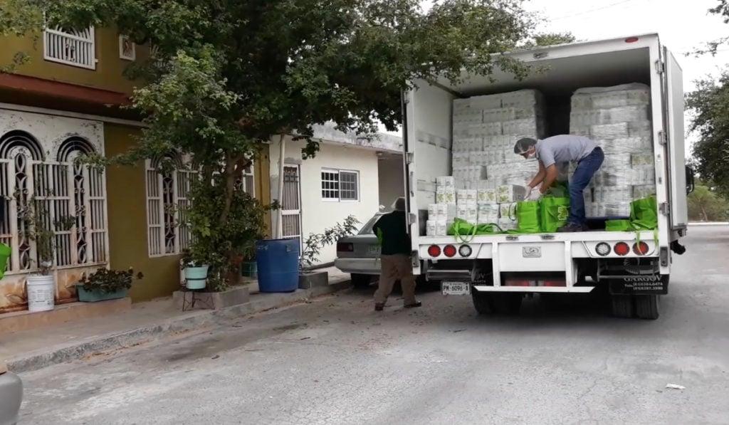 Hombres camión reparten Maseca a 300 mil familias vulnerables