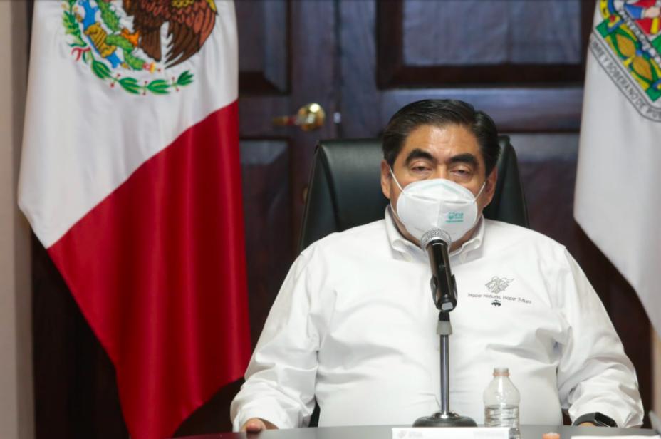 Barbosa firma decreto: no hay condiciones para que retornen las automotrices