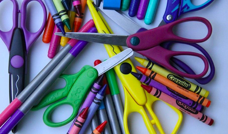 Fabricación y distribución de artículos escolares, nueva actividad esencial