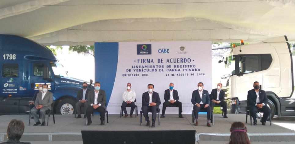 Firman acuerdo para registro de vehículos de carga en Querétaro