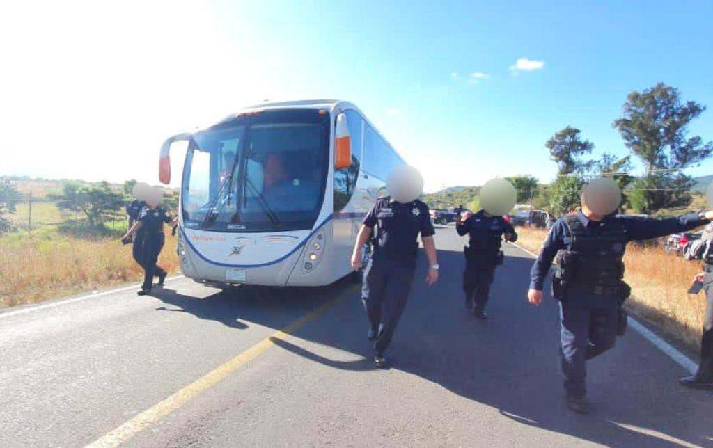 Toma de casetas, bloqueos y robo de unidades imperan en Michoacán