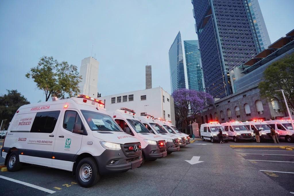 Gobierno de AMLO pone a rodar 24 ambulancias Mercedes Benz