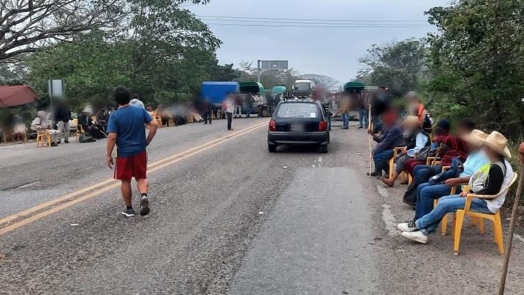Bloqueos carreteros en el sur-sureste generan desabasto