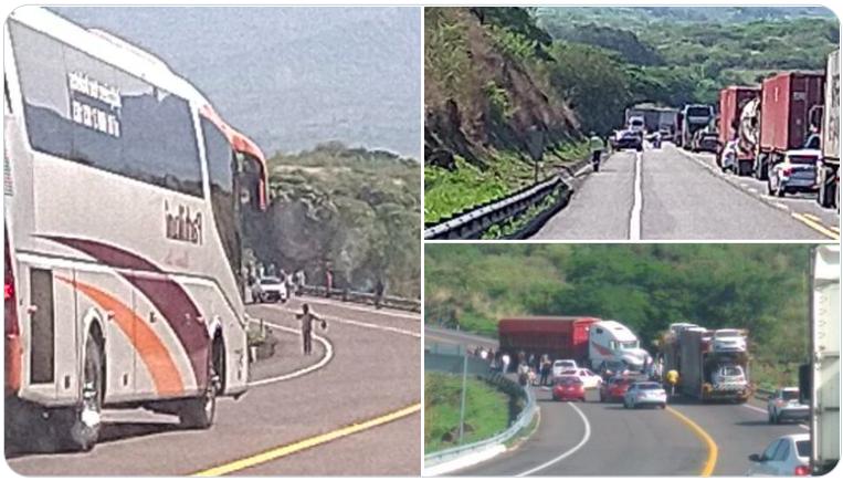 Persiste bloque en autopista Siglo XXI en Michoacán