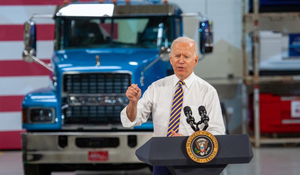 """Biden impulsa el """"Made in America"""" desde la planta de Mack Trucks"""