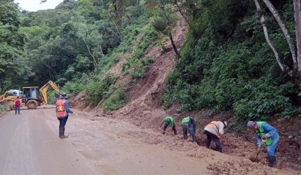 Atienden deslave por lluvias en carreteras de Veracruz