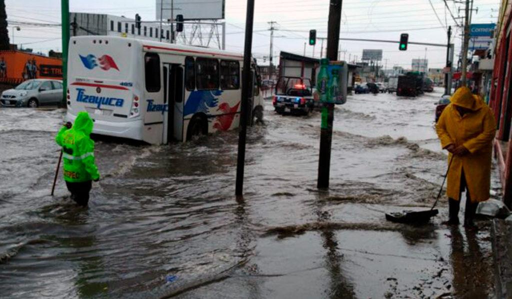 Inundaciones y caos vial por tormenta en Ecatepec